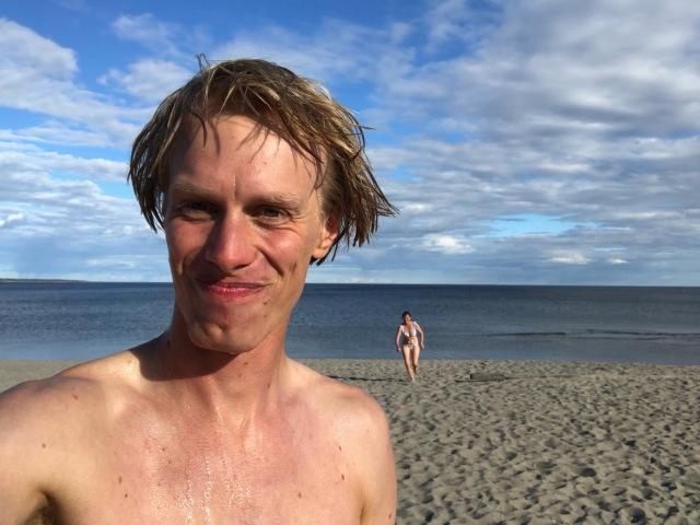 Salusand mellan Örnsköldsvik och Umeå hade en fin sandstrand. Men stark frånlandsvind gjorde att det blev förfärligt kallt (allt varmt ytvatten hade blåst ut). I bakgrunden sprintar Ida upp från doppet.