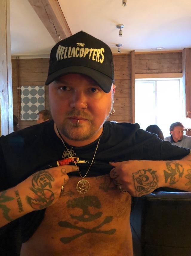 En av de två som ska spela skivor i morgon hade en stor Aska Kask-tatuering på magen. Mäktigt! Vi snackade trallpunk och Definitivt 50-spänn-samlingarna.