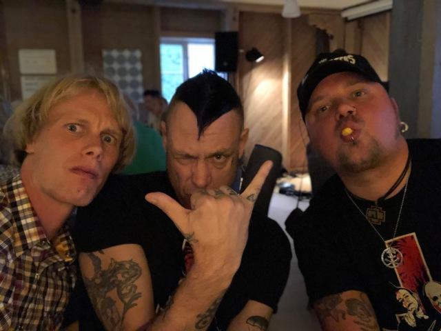Från pubkvällen i Överklinten igår. Han i mitten har varit sångare i Yvonne. Stort.
