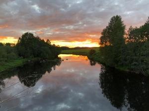 Trevliga färger i norrlandsnatten utanför Överklinten