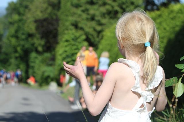 Astrid hejar på cyklisterna