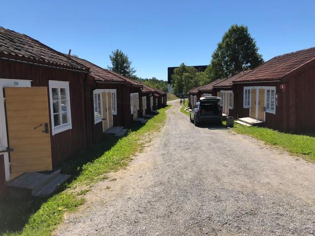 De flesta bröllopsgästerna bodde här i småstugor i Lövångers kyrkby