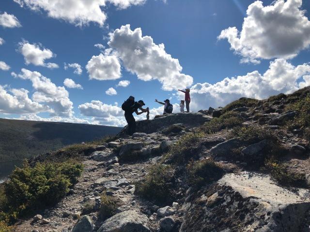 Erik Thiberg gillar att stapla högkantstorn med stenar