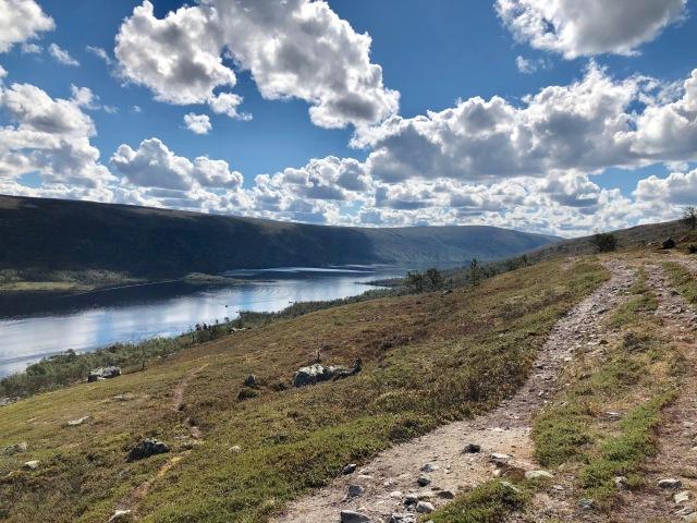 Fjällvandring i Grövelsjön. Utsikt över sjön Grövelsjön. Strax ovanför trädgränsen i vandringen från Sylen till Sjöstugan