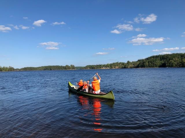 När vi är i Idas föräldrars stuga vid sjön Såken i Aplared brukar jag ta kanoten och paddla över till Karl-Johan Westbergs föräldrar. Deras hund Molly är den stora attraktionskraften.
