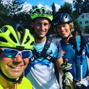 Oscar Ekdahl, Kristian Olofsson och jag vid Godisladan i Sjömarken efter avslutad rullskidtur