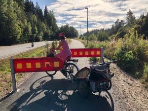 Cykelvägen mellan Sjömarken och Sandared. Varför en bom mitt i backen? Jag misstänker att det är för att hålla nere farten, men det gör att många väljer bort cykelbanan.