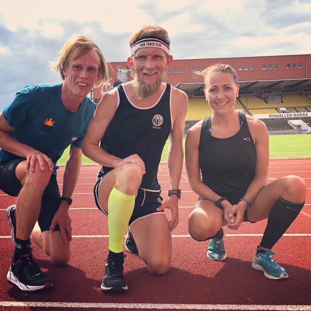 Jag, Peder Hallberg och Michelle Schellbacher på Ryavallens löparbana