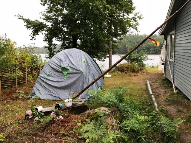 Vi bodde i tält ett par nätter i veckan. Gick över förväntat att bo där hela familjen, men ska erkänna att vi lade in en riktigt madrass. Vi är bekväma campare.