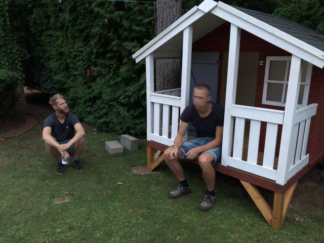 Sent igår kväll hjälpte Mikael (som jag inte träffat tidigare), Kalle Larsson, jag samt en granne att bära in en lekstuga på Martin och Josefins tomt på Hedvigsborg. Josefin är nu sjukt pepp på att måla och pynta stugan, samt eventuellt lägga om taket, bygga skorsten och dra in vatten.