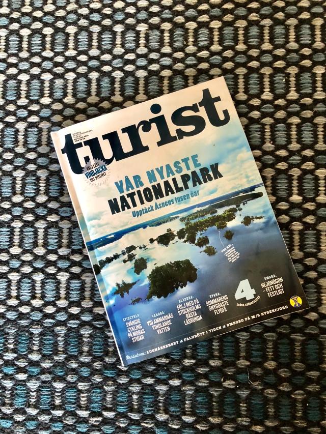 Omslag tidningen Turist augusti 2018. Brukar ni också köpa mattor för att matcha era tidningsomslag?