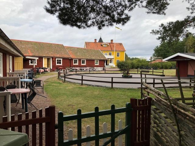 Smålandsbyn i Vimmerby. Där bodde vi en natt. Bra ställe.