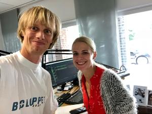Karolina Gustavsson på Puls FM och jag i Broloppet-tröjan från premiärloppet år 2000. Jag minns att jag hade 1 h 24 min, vilket var 4 min bättre än Göteborgsvarvet som jag också sprang det året. De västliga vindarna bar fram löparna på bron.