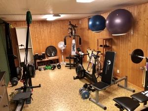 Atletklubben hemma källaren. Så här ser vårt träningsrum alltså ut nu. Det är lite större samt varmare golv jämfört med gamla huset. Och så lämnade säljarna kvar en draghiss borta i hörnet vilket gör att det blir mer variation i träningen.