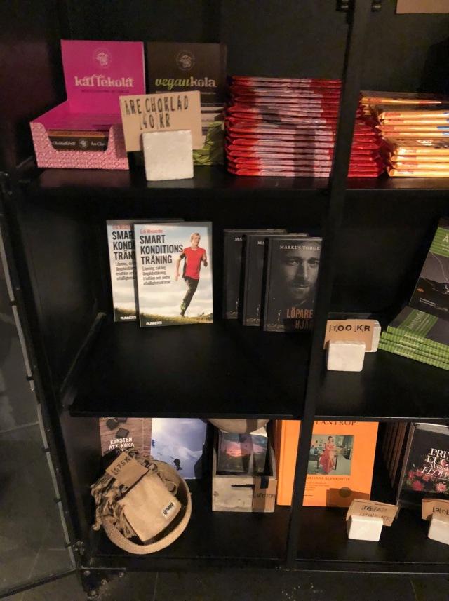 I receptionen på Hotell Mornington Bromma hittar du bland min bok, Markus Torgebys bok och godis.