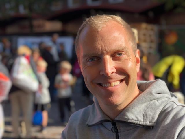 Peter Häggström. Tidigare skicka han iväg sig själv 8 meter i en sandlåda och fick dessutom tävla i OS på köpet. Nu jobbar han med kommunikation samt driver klädmärket YMR Track Club.
