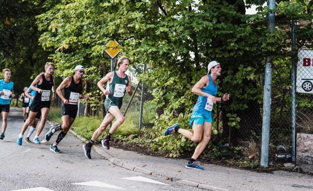 Efter cirka 3 km mellan Simon Grenlöv och Ove Nilsson. Ove överraskade med 36.44 min medan Doktor Grenlöv kroknade och landade på 38.28 min.