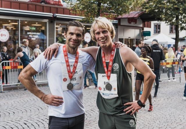 Robert Malmgren och jag efter målgång i Kretsloppet 2018. Robban hade 37.31 min. Mina gröna löparkläder är från boråsaren Peter Häggströms märke YMR Track Club. Splitshorts och linne är alltid rätt i löpning.