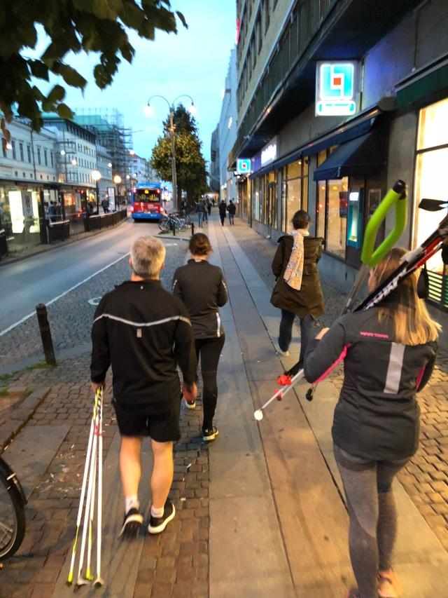 Sakta vi går genom stan. Maqs kontor ligger vid Nordstan så vi promenerade fram och tillbaka till Trädgårdsföreningen.
