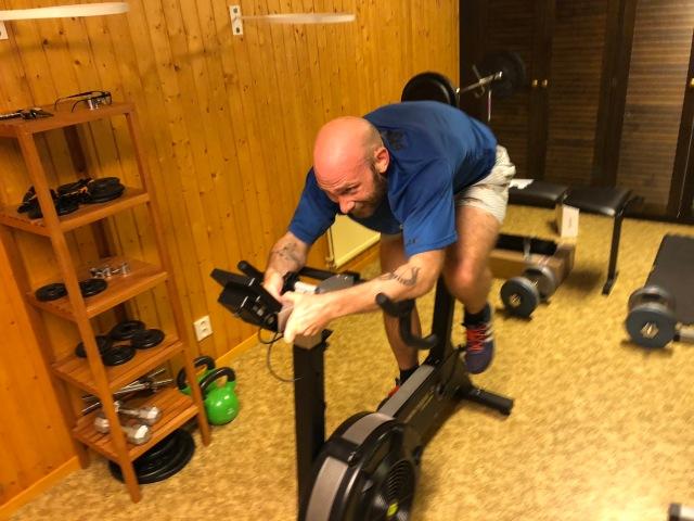 Tobias Magnusson på BikeErgen i atletklubben i vår källare
