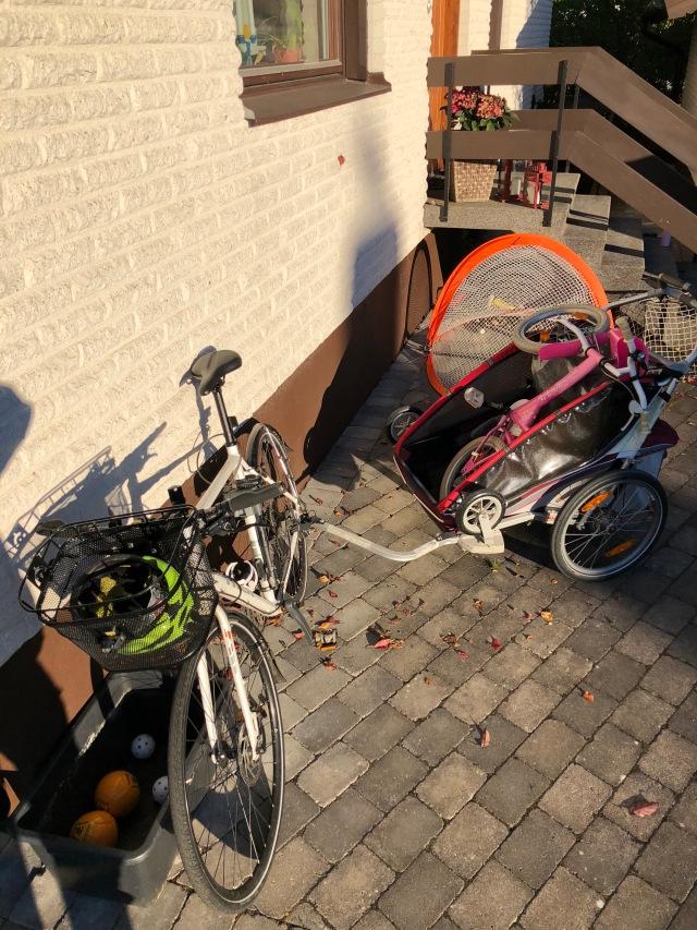 Jag kör med Chariot så jag kan ta hem Astrids cykel