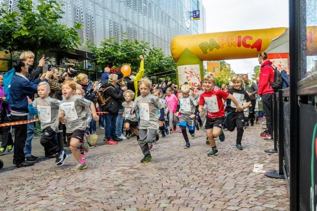 Jag till vänster i publiken med mobil. Jag jobbar lite för Kretsloppet och där filmade jag första starten på 400 m (där också Astrid och Maj sprang) för att lägga ut på Kretsloppets Instastory. Foto: Sari Tiainen.
