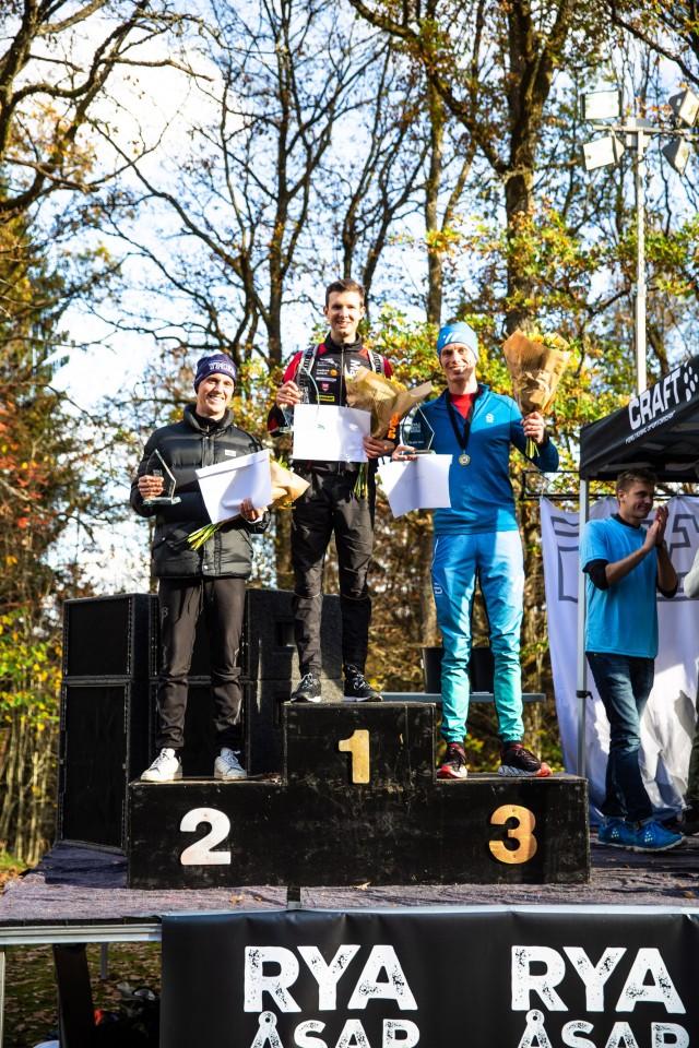 Rya Åsar Trail Run 2018 prispallen herrar. Albin Andersson vann före Jakob Böhm och mig. Foto: Masaya.