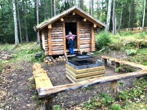 I lördags gick min svåger Nille och jag med tre av barnen till en övernattningsstuga som kommunen nyligen byggt på Sjuhäradsleden. Knappt 2,5 km från oss genom skogen. Astrid ville övernatta, men vi väntar nog med det till nästa sommar.
