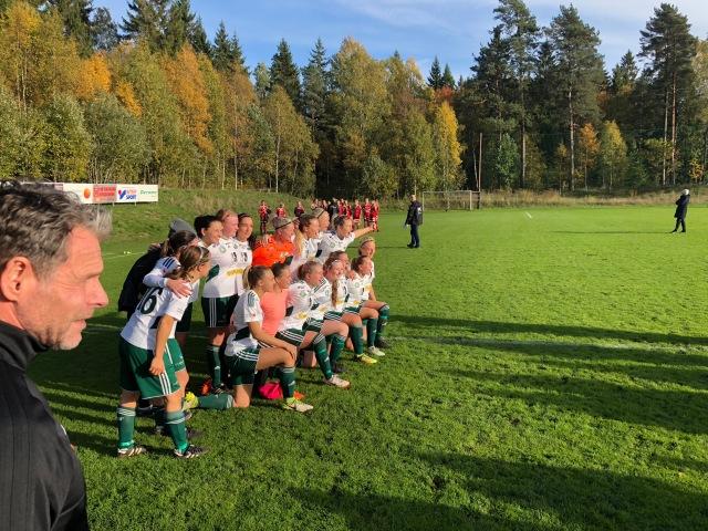 Sjömarkens IF damlag 2018 med avgående tränaren Joakim Carlsson i förgrunden