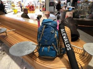 Så här ser det ofta ut när jag reser till Stockholm. Rullskidor, stor ryggsäck och stavfodral på tåget.