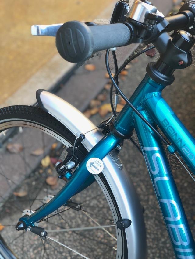 Efter 6 år med loppiscyklar blev det efter många och långa funderingar en fincykel till Astrid. Hur att Islabikes sätter ett klistermärke på vad som är framåt på cykeln ifall någon inte skulle ha koll på den saken.