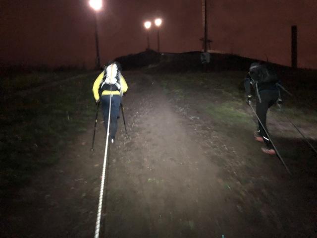 Skidgång i Hammarbybacken med elastisk lina mellan två personer.