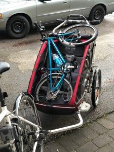 Islabikes Beinn i en Chariot. Jag brukar ta hem cykeln på morgonen eftersom eftermiddagen kan innebära att vi ska iväg eller att Astrid ska leka med någon kompis eller som idag då min mor ska hämta barnen.
