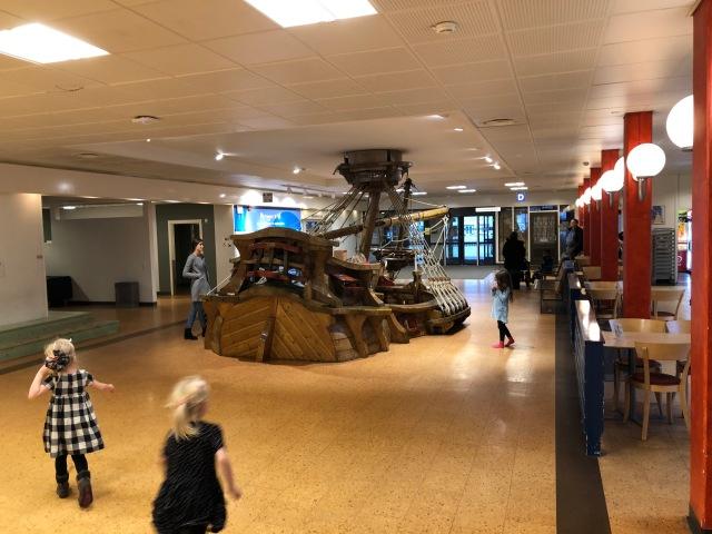 """I onsdags var vi på ultraljud på Östra Sjukhuset i Göteborg för Astrid, som har ett medfött hjärtfel. Hon har gjort tre ballongvidgningar i hjärtat vid olika tillfällen och kontrolleras var 6:e eller var 12:e månad. När fick höra att vi skulle göra det denna gång sade hon """"Yes, då kan jag leka på skeppet"""". I entrén."""