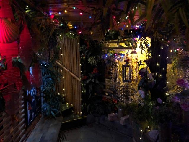 Moon Thai Kitchen i Göteborg. Dit gick vi och åt med vår vän Linnéa på kvällen, efter ett besök på den fina lekplatsen i Slottsskogen. Häftig inredning.