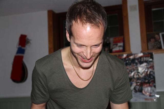 Anders Martinsson bor i Varberg och jobbar med att göra ett eget dataspel. Han var bra på skateboard och att skriva berättelser i skolan.