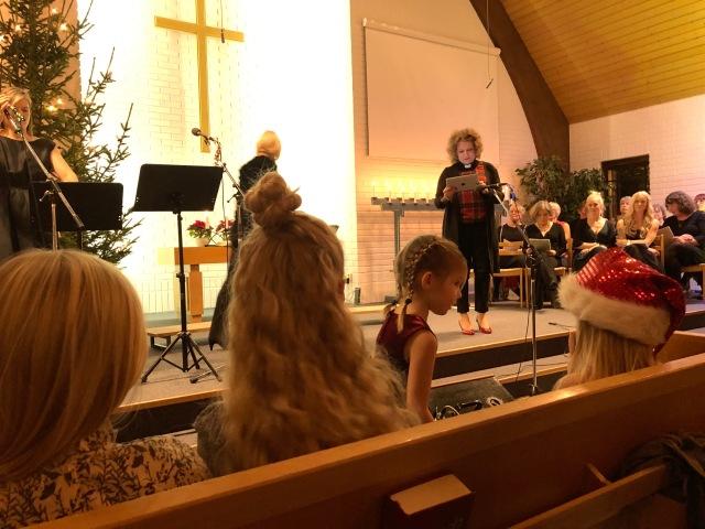 Pastorn läser bibelord från en iPad. Ur led är tiden.