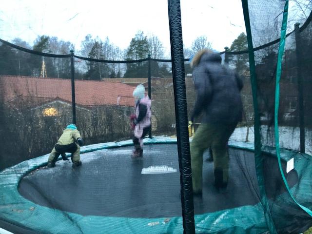 Min svåger Nille hoppar på vår studsmatta som jag äntligen tagit in för vintern!