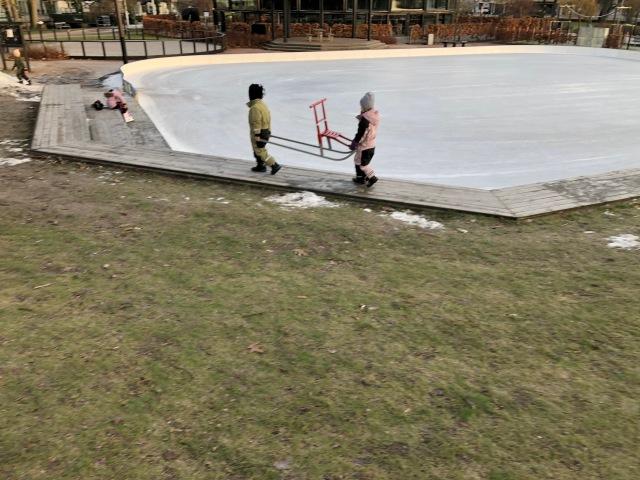 När vi var i Stadsparken i tisdags åkte vi inte bara skridskor. Maj invigde även sin spark som hon fick i julklapp.
