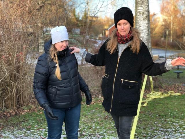 Idas kusiner Ellen och Ilona går på vår lina som alltid sitter uppe i trädgården