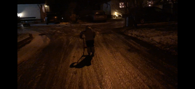 På julaftonskvällen åkte Maj med sparken fram och tillbaka med på vår gata som precis hade tillräckligt med is på sig