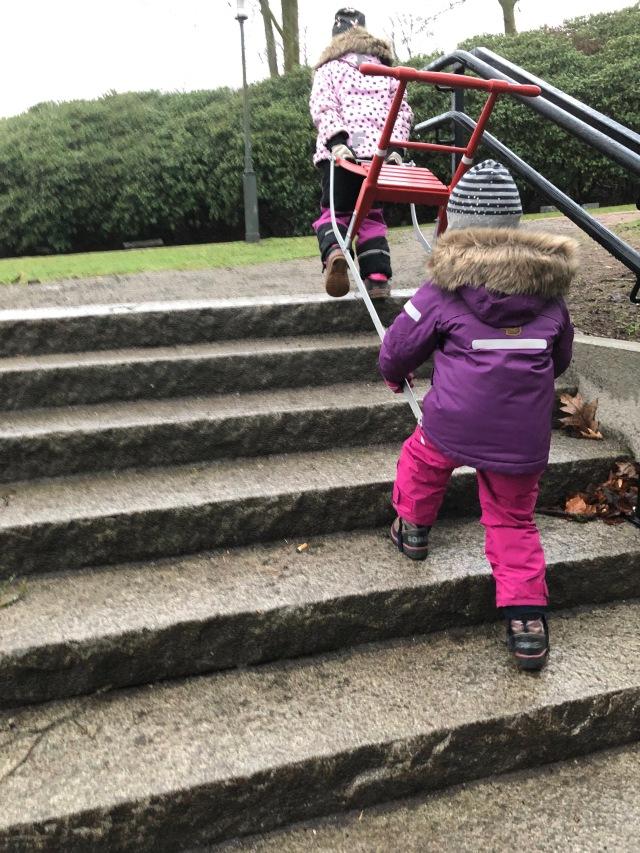 Maj är så stolt över sin spark som hon alltid vill ha med när vi åker skridskor