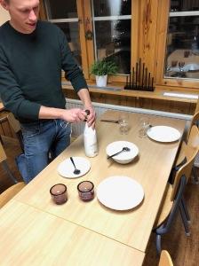 Vad hade jag gjort utan Martin Josefsson? Här överraskar han med middag och finvin efter att ha servat mig hela dagen.