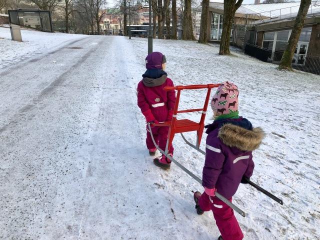 Astrid och Maj på väg med Majs spark till isen i stadsparken.