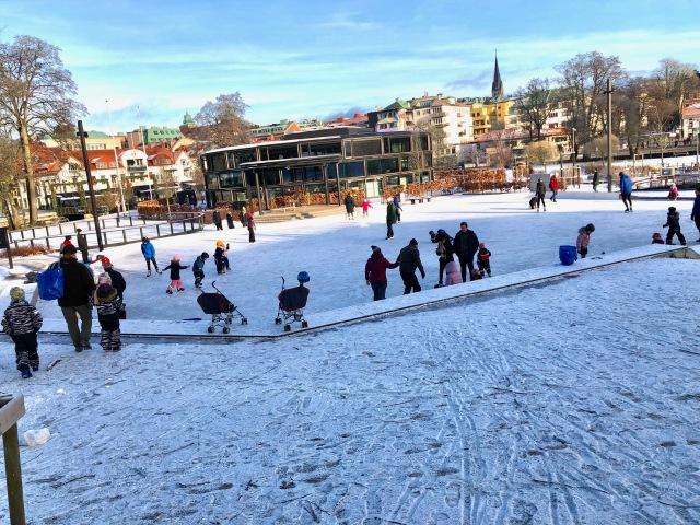 Väldigt mycket mer folk strax före kl 11 än strax före kl 10. Isbanan i Stadsparken i Borås.