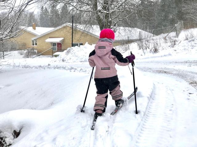 Maj på väg till dagis på skidor