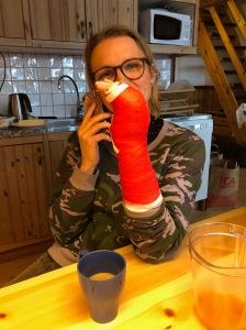Ellen Lindell. Min syster kraschade på längdskidor och bröt två ben i handen. Nu har hon åkt hem. Trist.