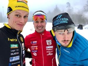 Per Larsson i mitten följer träningsprogrammen i Wickström Coaching och skrev så här efter loppet: