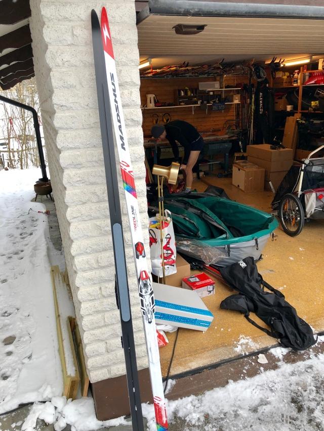 Redline 2.0 Intellgrip (eller Redline Intellgrip 2.0). Varför Robert Malmberg byter om i vårt garage i bakgrunden är oklart. Borås just nu hetaste skidåkare måste ha varit och kört lite brandmansstakning.