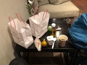 Annorlunda frukost. Hotellfrukosten öppnade kl 7 istället för 8, men inte heller det räckte. Så de satte ut ett fruostpaket. Jag bad om två.